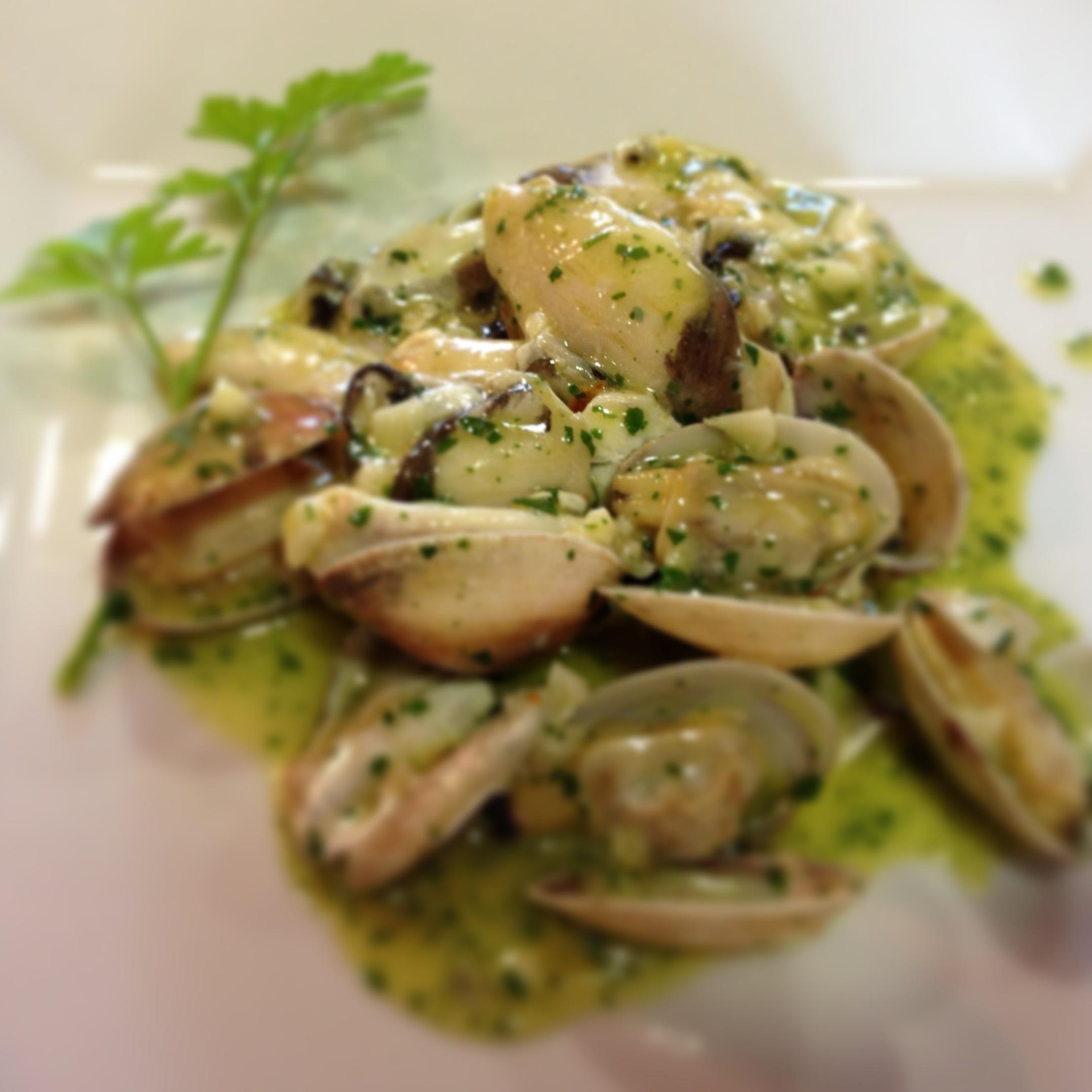 Kokotxas con almejas en salsa verde