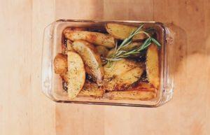 Patatas en gajos con pimentón y romero.