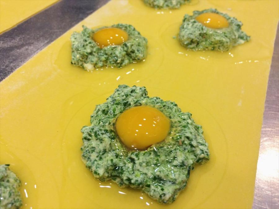 Raviolón relleno de queso ricotta fresco, espinacas y huevo de codorniz