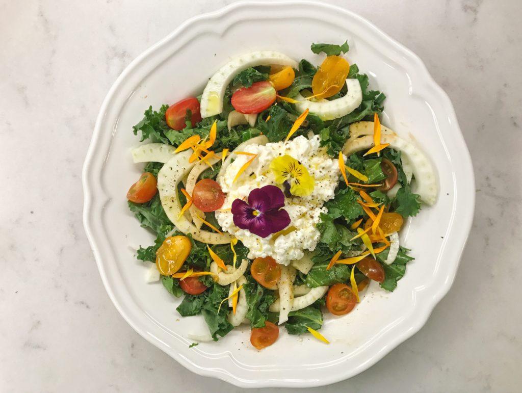 Ensalada de kale, hinojo y queso cottage